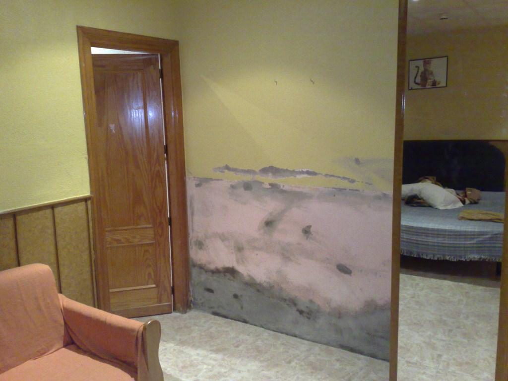 Tratar humedades en interiores pinturas y decoraci n ferr ndez - Corcho para suelos ...